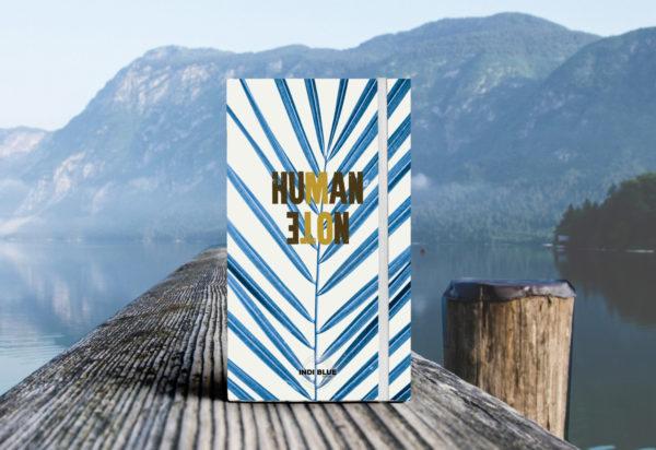 Human Note est écologique et pratique. Orné de spirales et de pages prévues pour vos dessins, c'est le carnet idéal pour vos voyages Le plus? Il résiste à l'eau!